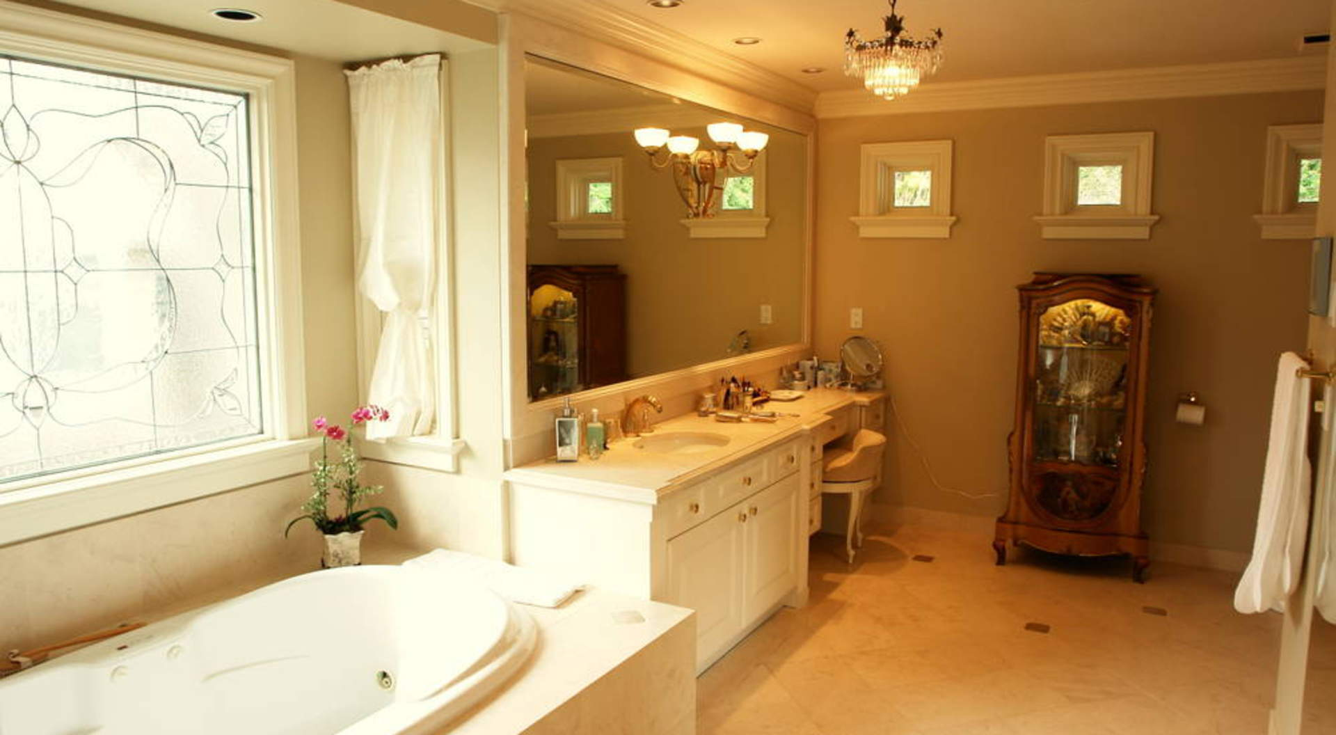 Master Ensuite (Hers)