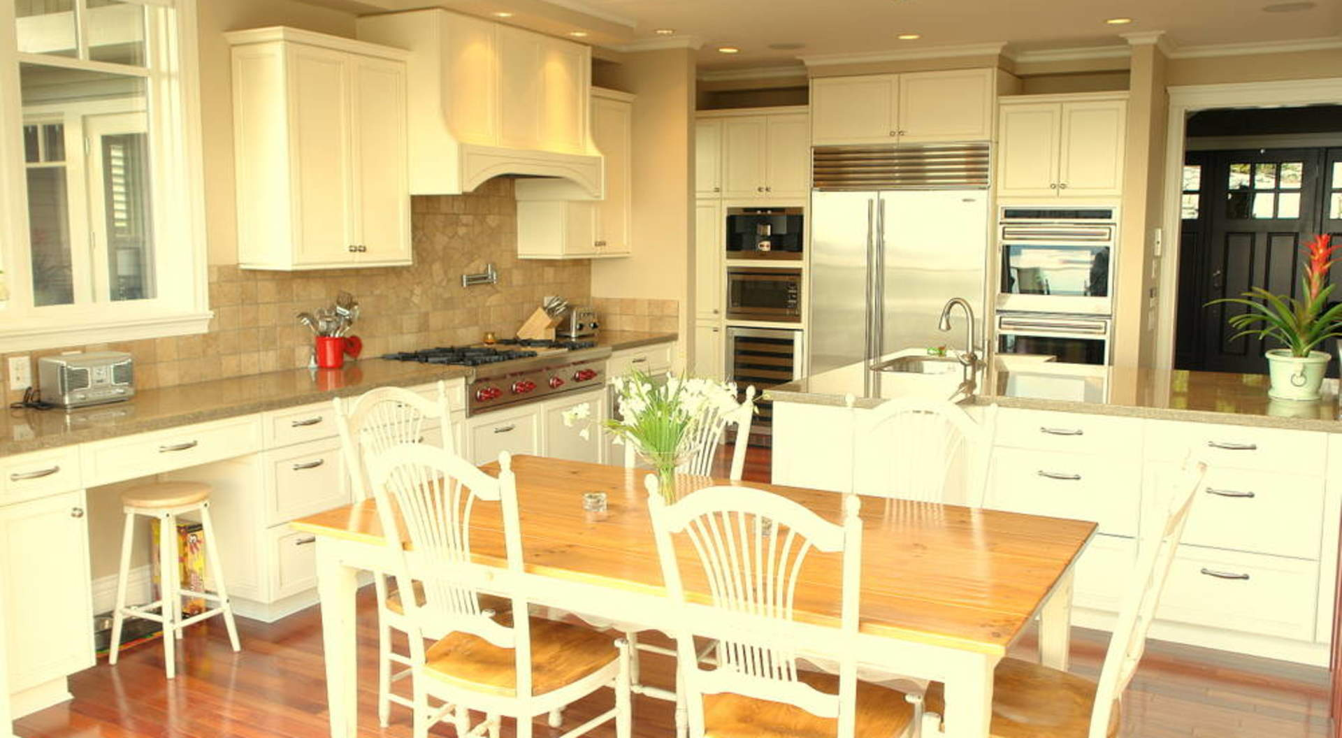 Fabulous Kitchen & Eating Area