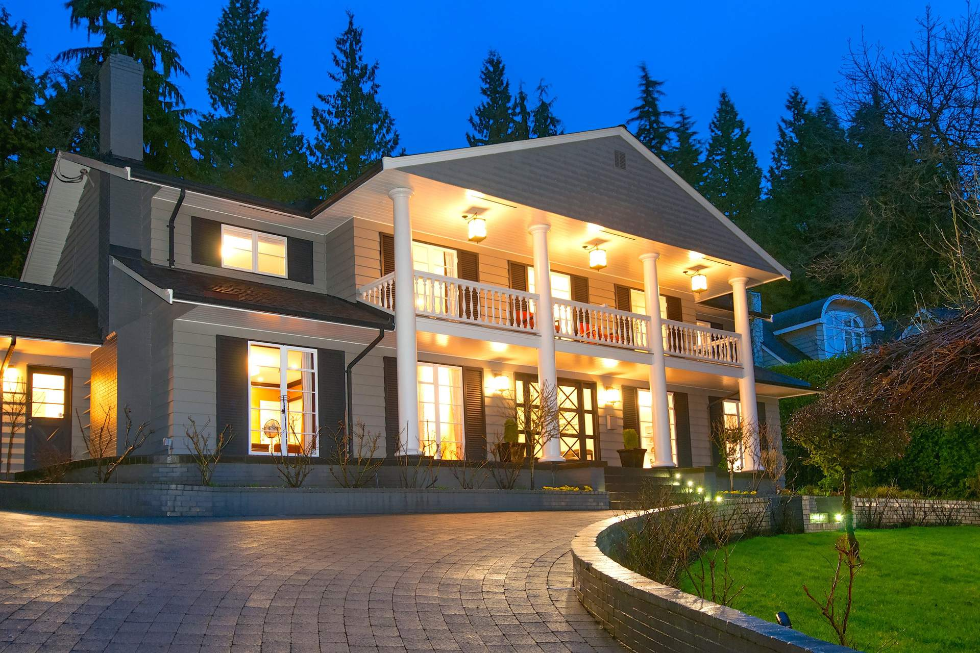 Spectacular Remodelled Residence on 7th Hole of Capilano Golf Course!