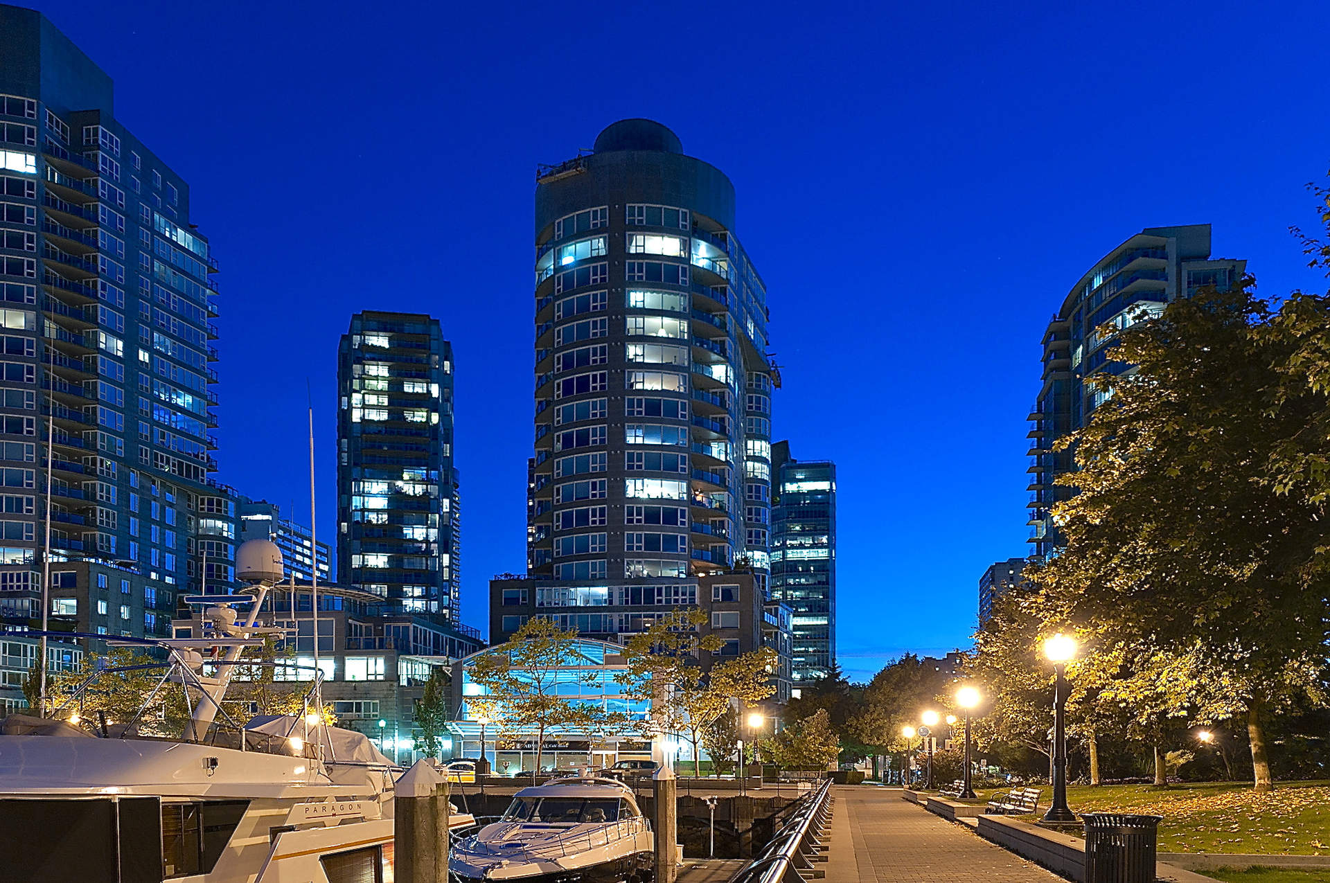 A SPECTACULAR COAL HARBOUR WATERFRONT SUB-PENTHOUSE!