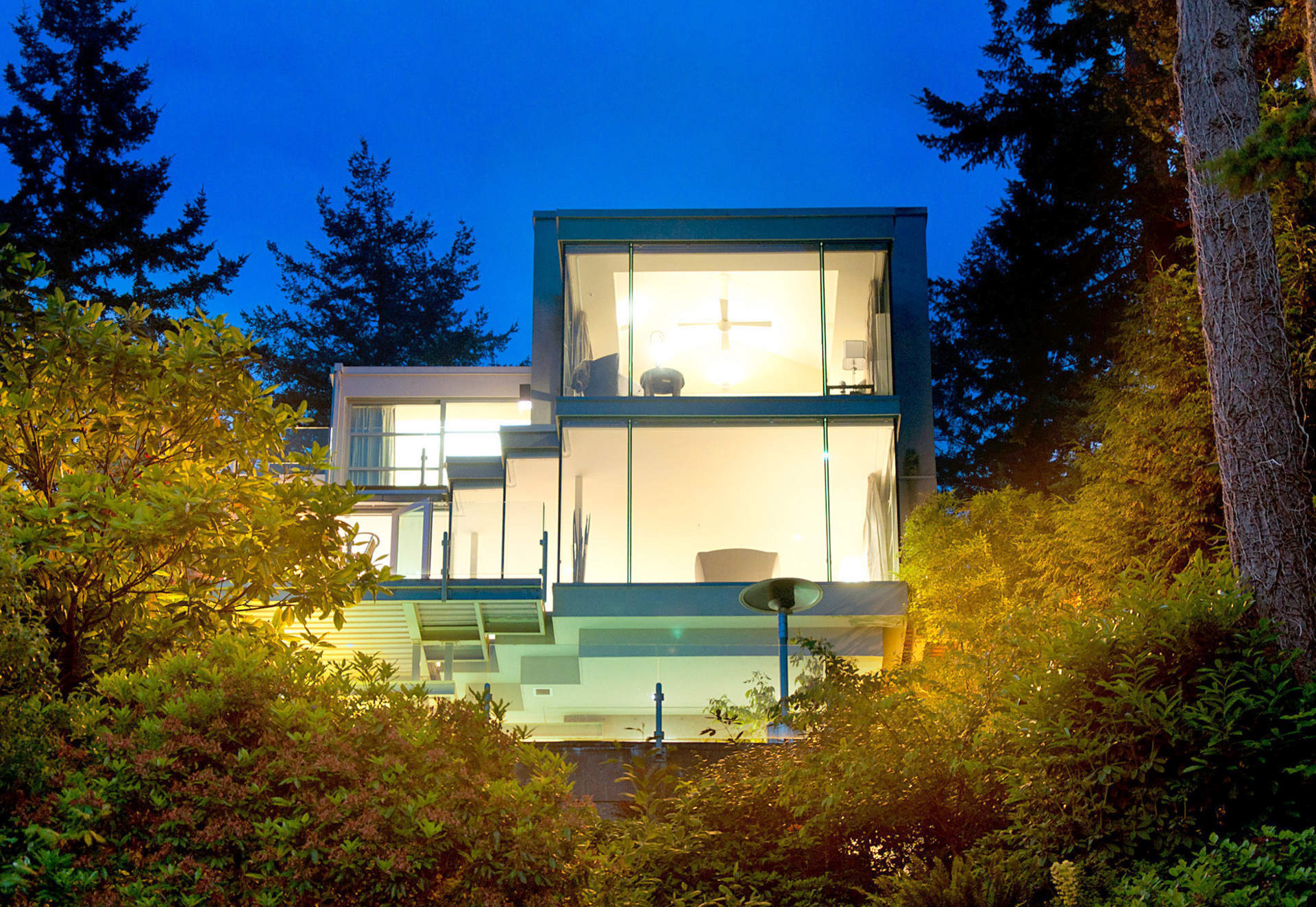 Spectacular Contemporary Waterfront Residence!