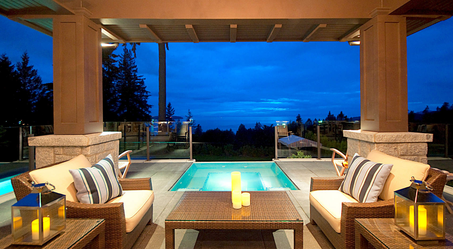 Outdoor Entertainment Area with Negative-Edge Bubbling Hot Tub