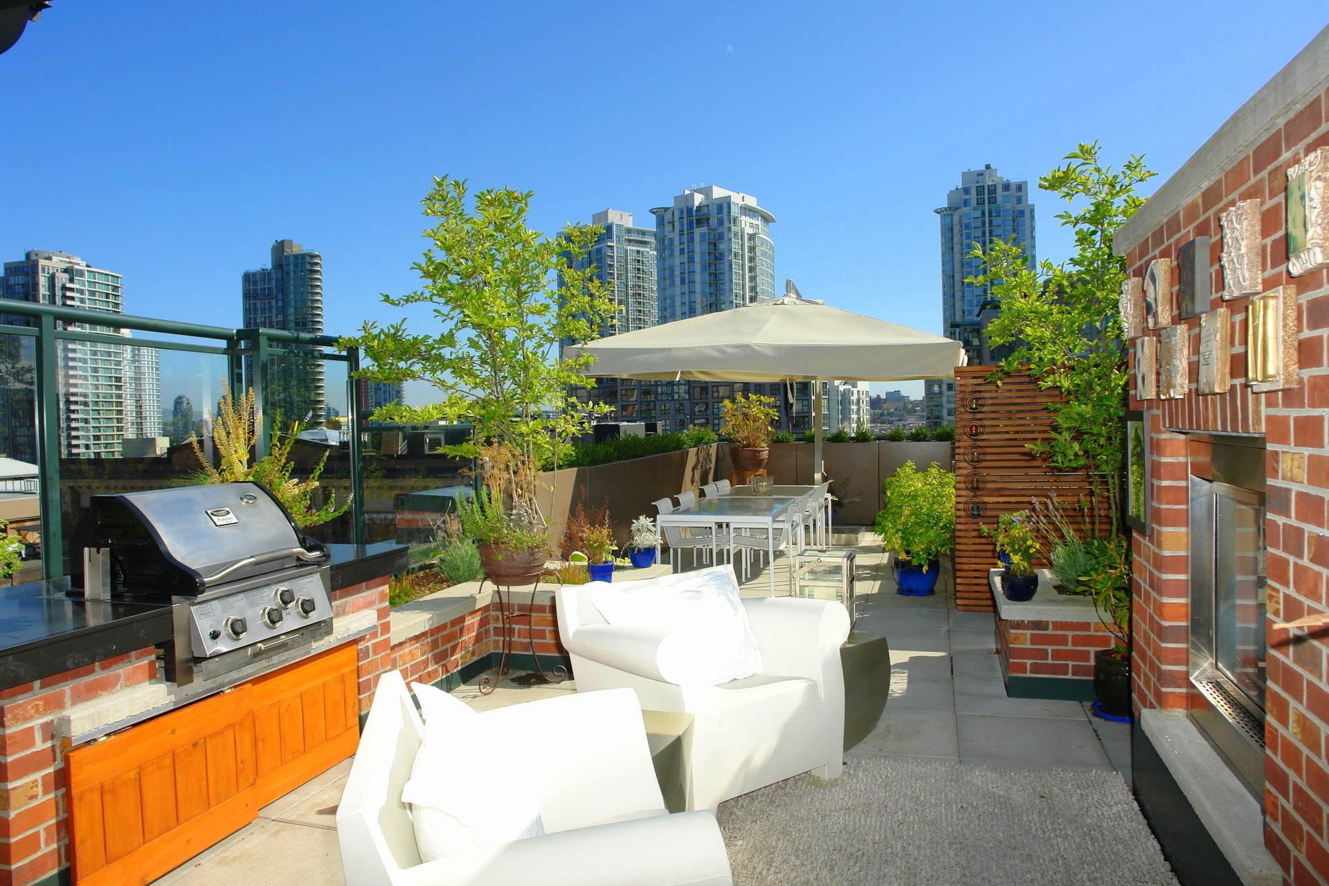 Spectacular 3 Bedroom plus Den New York Style Residence with Rooftop Terrace!