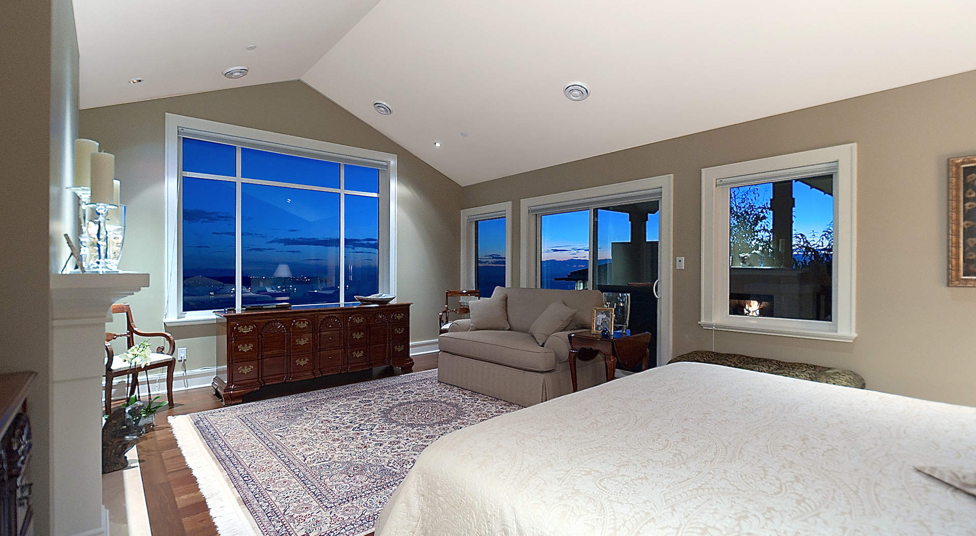 Gorgeous Master Suite con techos abovedados y zona de estar